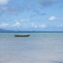 石垣 明石付近のビーチに浮かぶサバニ