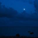 白保海岸から見た満月